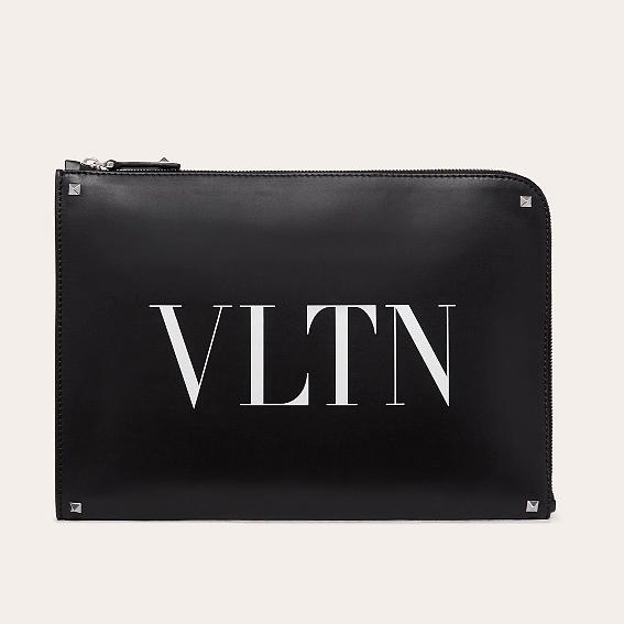 발렌티노 VLTN 로고 락스터드 클러치 남녀공용 클러치백 블랙 가방 SY2B0457WJW 0NI